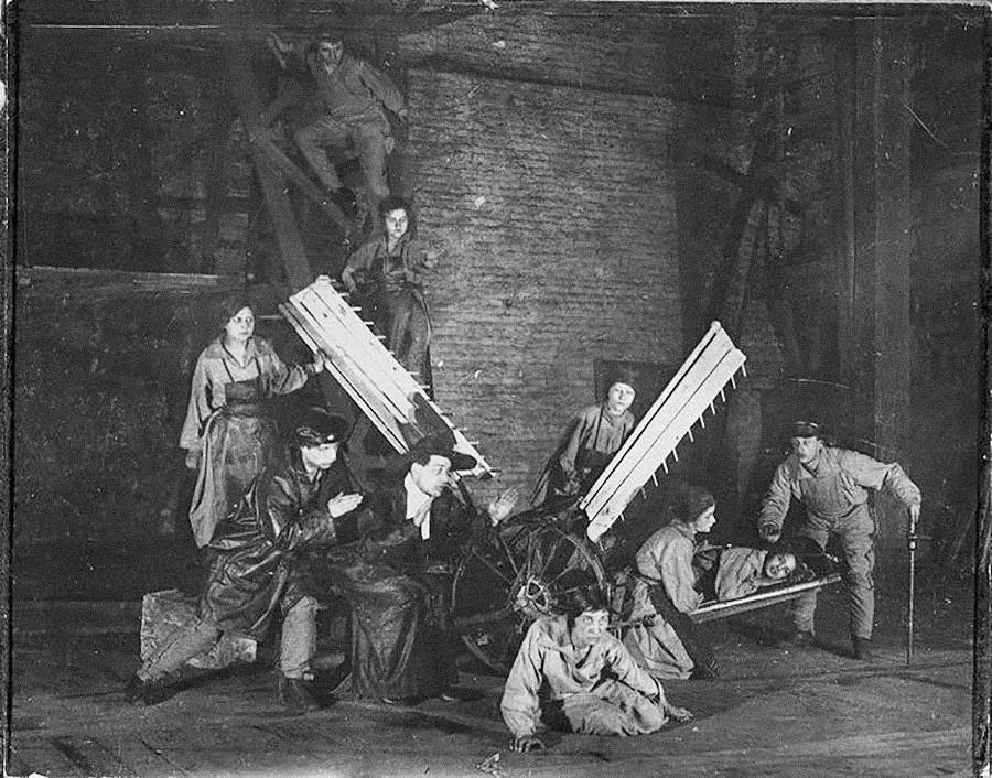 Scène de l'une des performances théâtrales expérimentales de Vsevolod Meyerhold