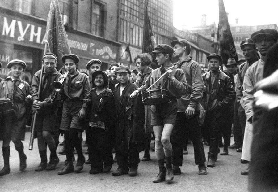 Défilé d'enfants abandonnés et de pionniers (équivalent soviétique des scouts)