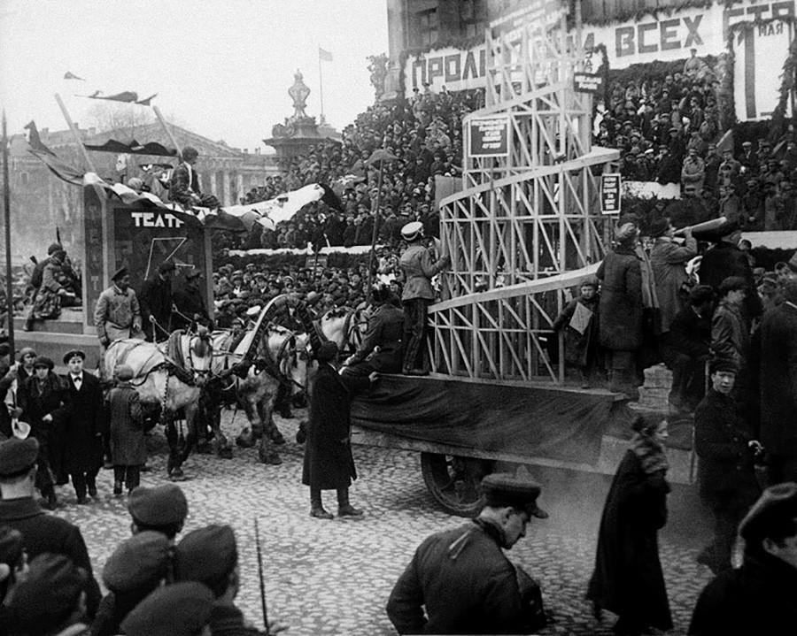 Défilé à Leningrad (actuelle Saint-Pétersbourg) présentant la Tour Tatline