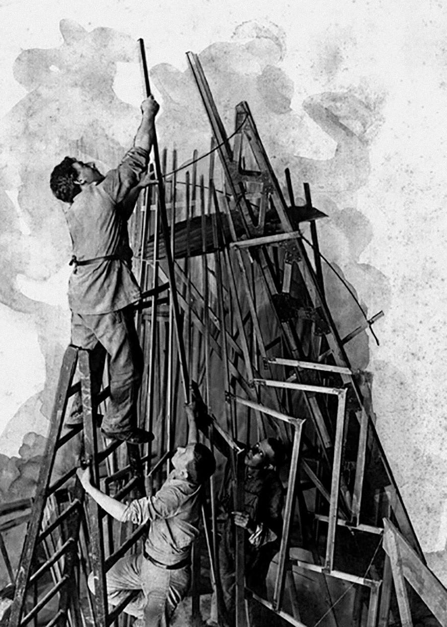 Vladimir Tatline concevant le Monument à la Troisième-Internationale (plus communément connue sous le nom de Tour Tatline)