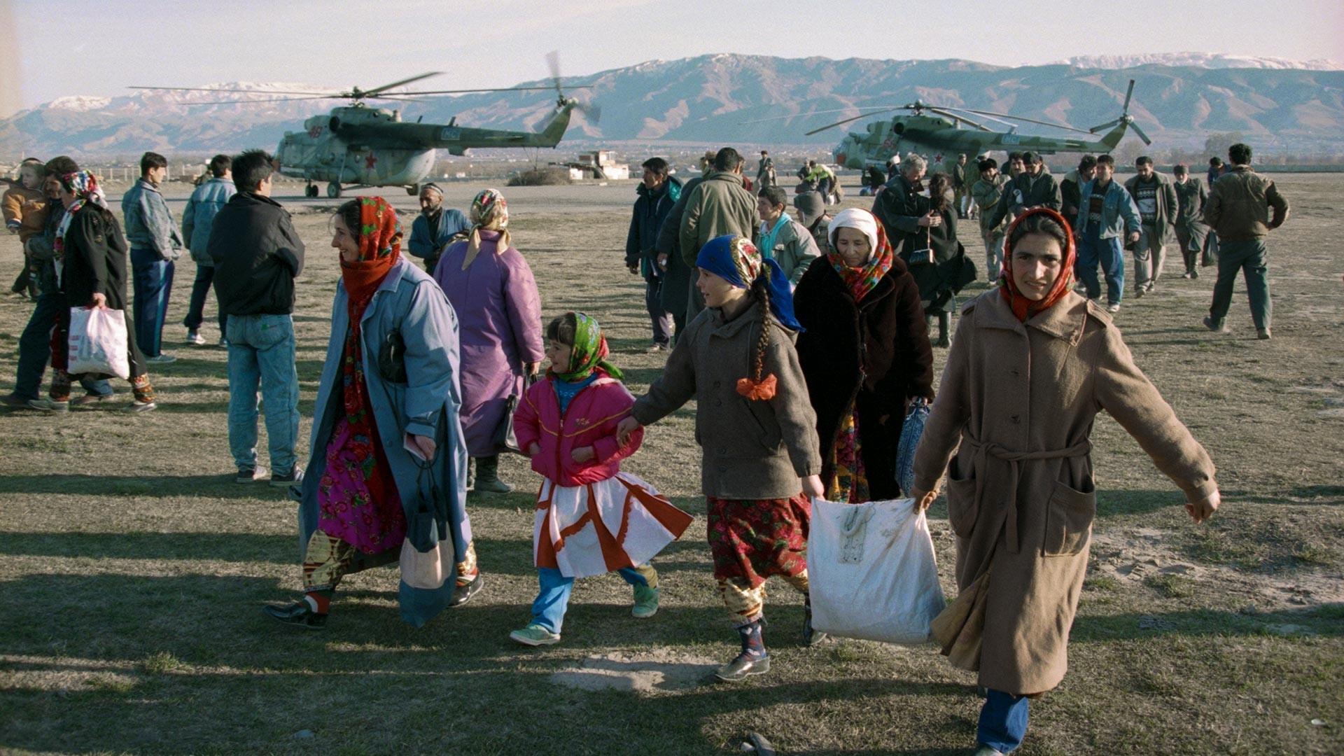 Коалиционните миротворчески сили обезпечават доставката на храна с хеликоптер до гладуващите района на Памир.