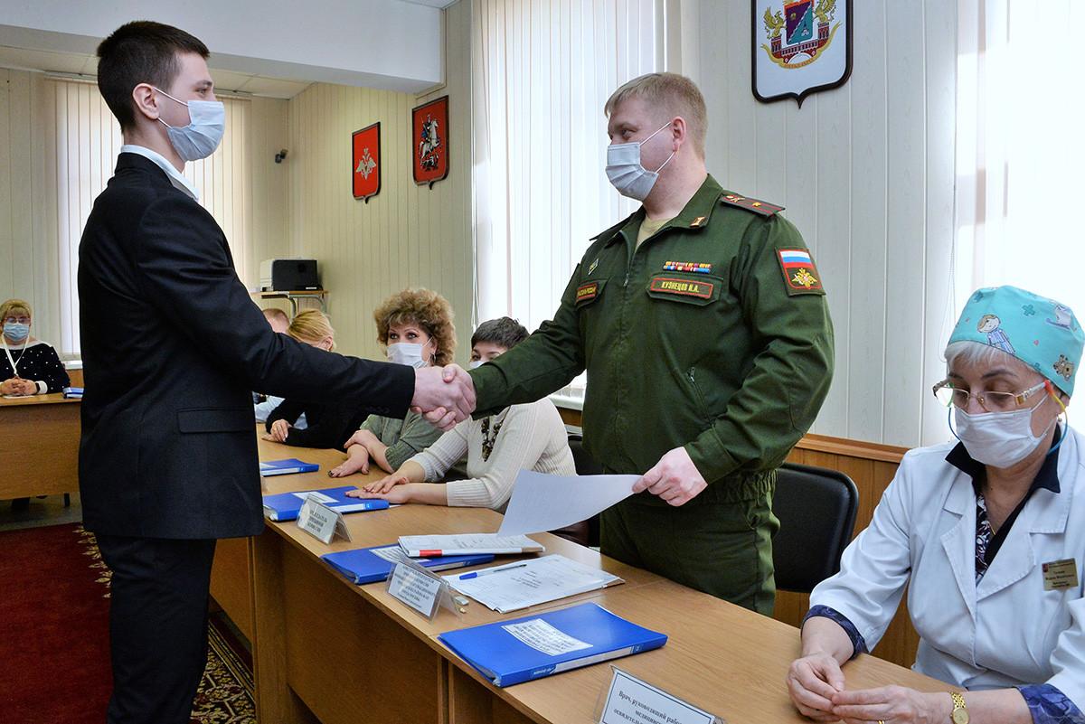 Регрут за време лекарског прегледа у уједињеном војном комесаријату (одељењу) Чертановског рејона Јужног административног оркруга Москве.