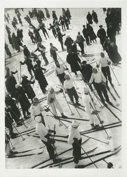 Скијаши свих узраста учествују у масовној скијашкој трци, 1927