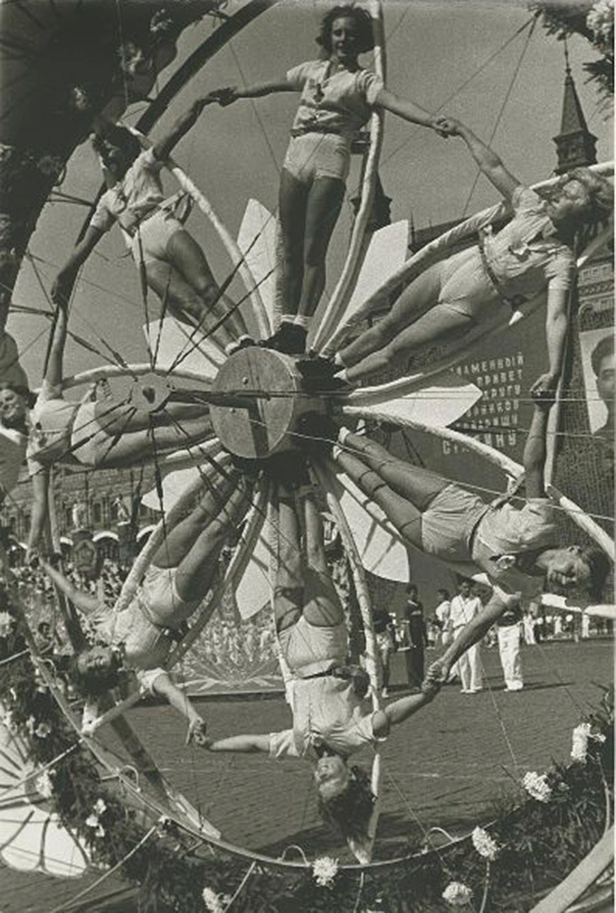 Група гимнастичарки изводи своју тачку, 1936