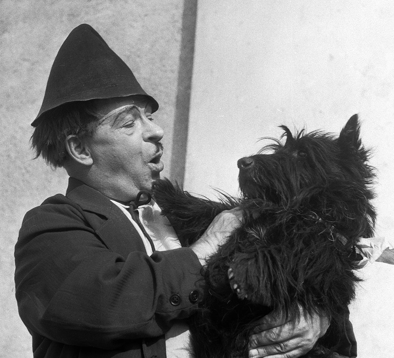 "La spalla di Rumjantsev sul palco, Scottish Terrier, chiamato ""Kljaksa"" (""Macchia"")"