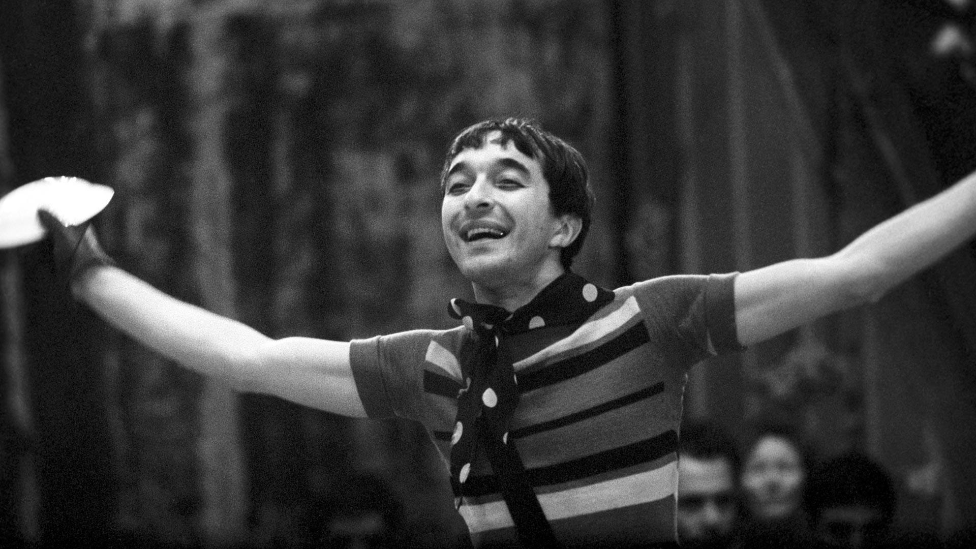 Nel 1964 vinse il primo premio al Concorso Europeo di Clown a Praga