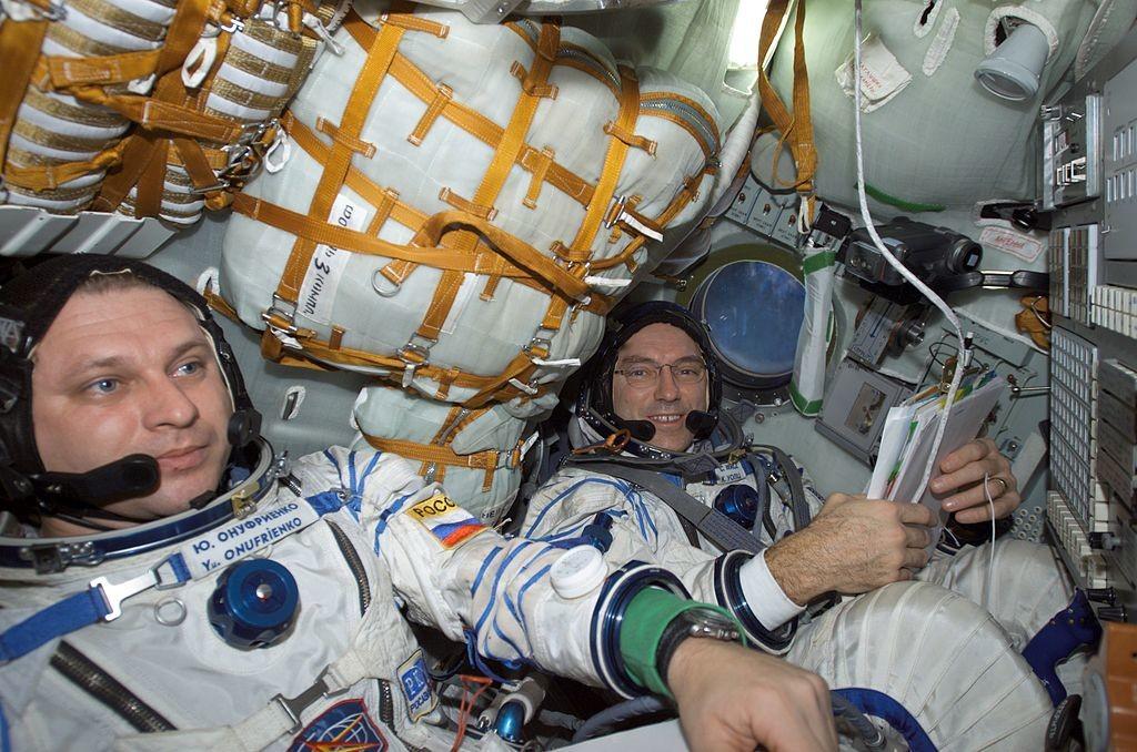 Il cosmonauta Yurij Onufrienko (a sinistra) e l'astronauta Karl Valts, nella navicella spaziale Soyuz-3 attraccata alla Stazione Spaziale Internazionale (ISS)
