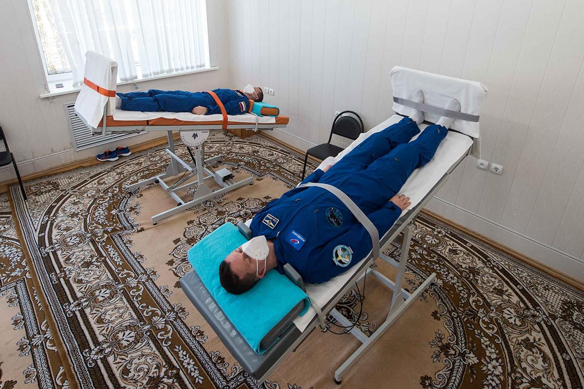 I cosmonauti dell'agenzia spaziale russa Roscosmos Sergej Ryzhikov e Sergej Kud-Sverchkov durante una sessione di addestramento in vista del loro lancio sulla Stazione Spaziale Internazionale (ISS). Cosmodromo di Bajkonur, Kazakhstan, 6 ottobre 2020