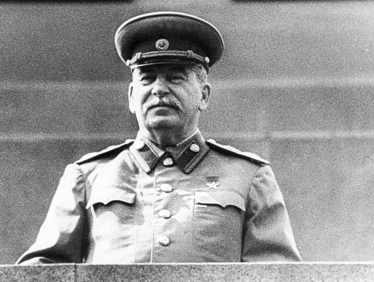 Јосиф Сталин на Мавзолејот на Ленин ја следи парадата на Црвениот плоштад, 1952 година.