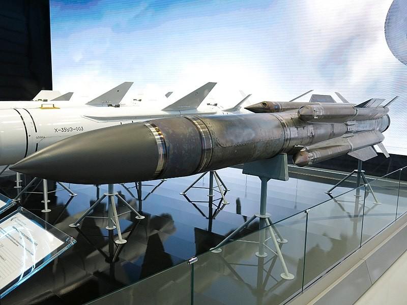 J-31 expuesto en el foro de tecnología militar 'Armiya 2018'.
