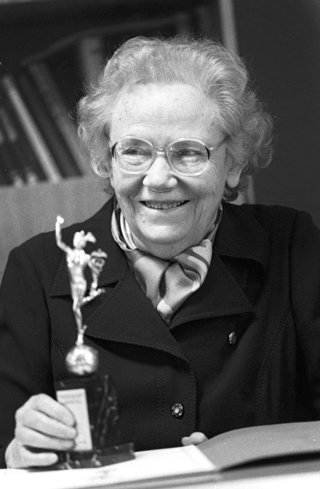 Maria Kovriguina, alors directrice de l'Institut central de perfectionnement des médecins, et la statuette du Mercure d'or, prix de l'Institut remis pour la réussite de sa collaboration internationale