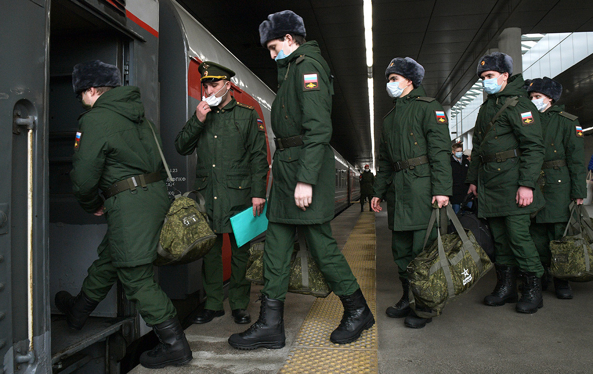 Regruti ulaze u vlak za Novosibirsk na Ladoškoj željezničkoj stanici u Sankt-Peterbrugu.