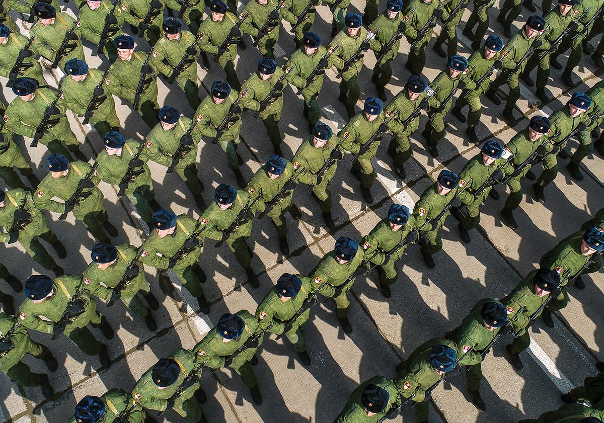 Vojnici Zasebne divizije za operativne namjene Federalne službe trupa nacionalne garde Ruske Federacije na probi Parade Pobjede na vojnom poligonu Alabino.
