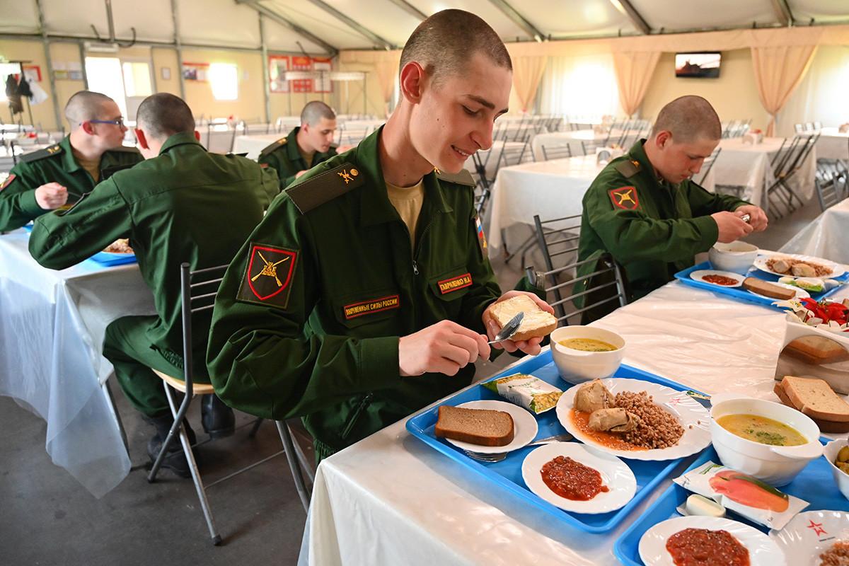 Mladi vojnici na ručku u blagovaonici 150. motorizirane divizije Južnog vojnog okruga u Novočerkasku.