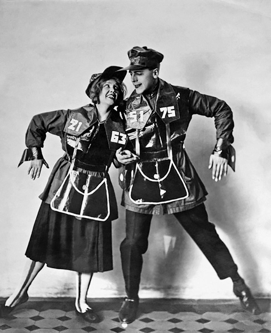 ソビエトのプロパガンダ演劇: 余興「メトロポリタン」の衣装をつけた青いシャツ煽動チーム