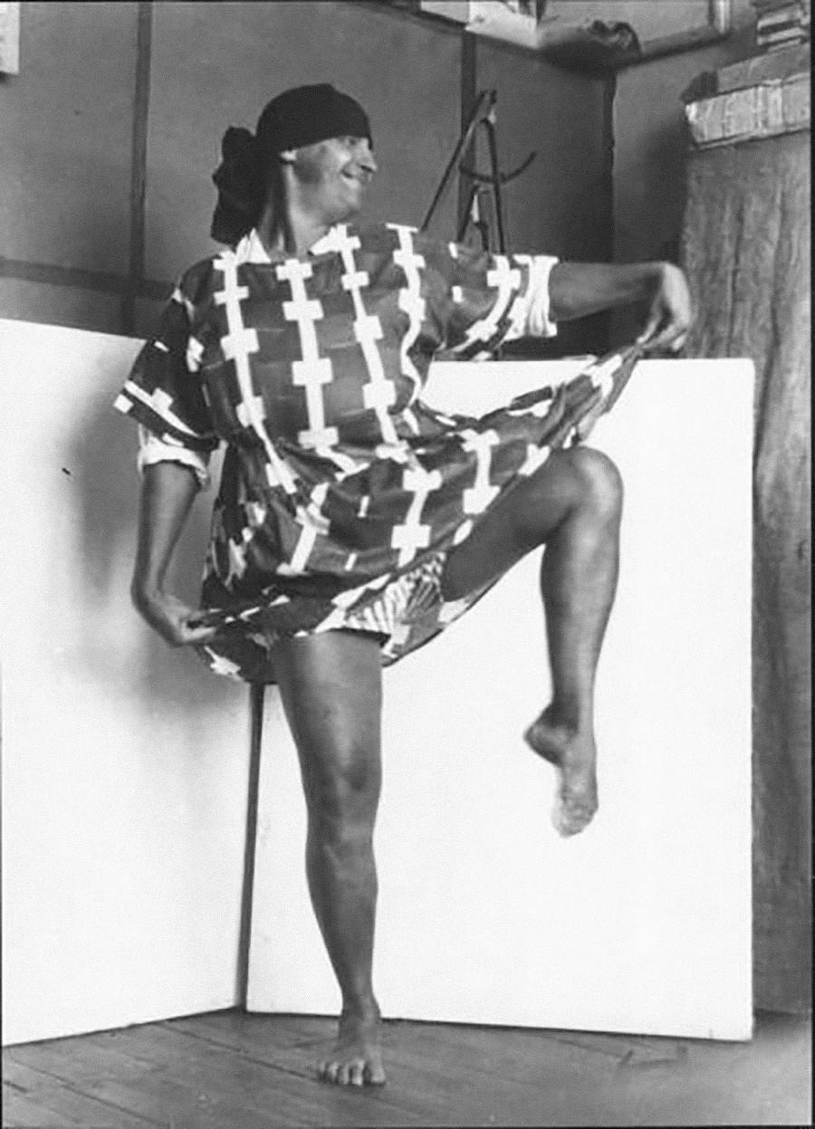 ワルワラ・ステパノワがデザインした生地で作った服をまとって踊るカルト写真家アレクサンドル・ロトチェンコ