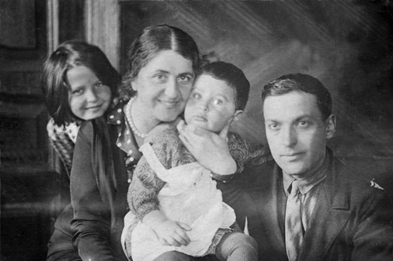 Lew Wygotski mit seiner Frau und zwei Töchtern