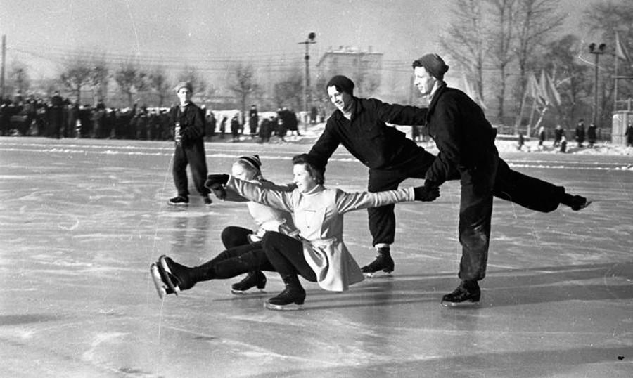 Una delle tante passioni dei sovietici era il pattinaggio sul ghiaccio. Nella foto, due coppie si esibiscono in una danza sui pattini, 1947