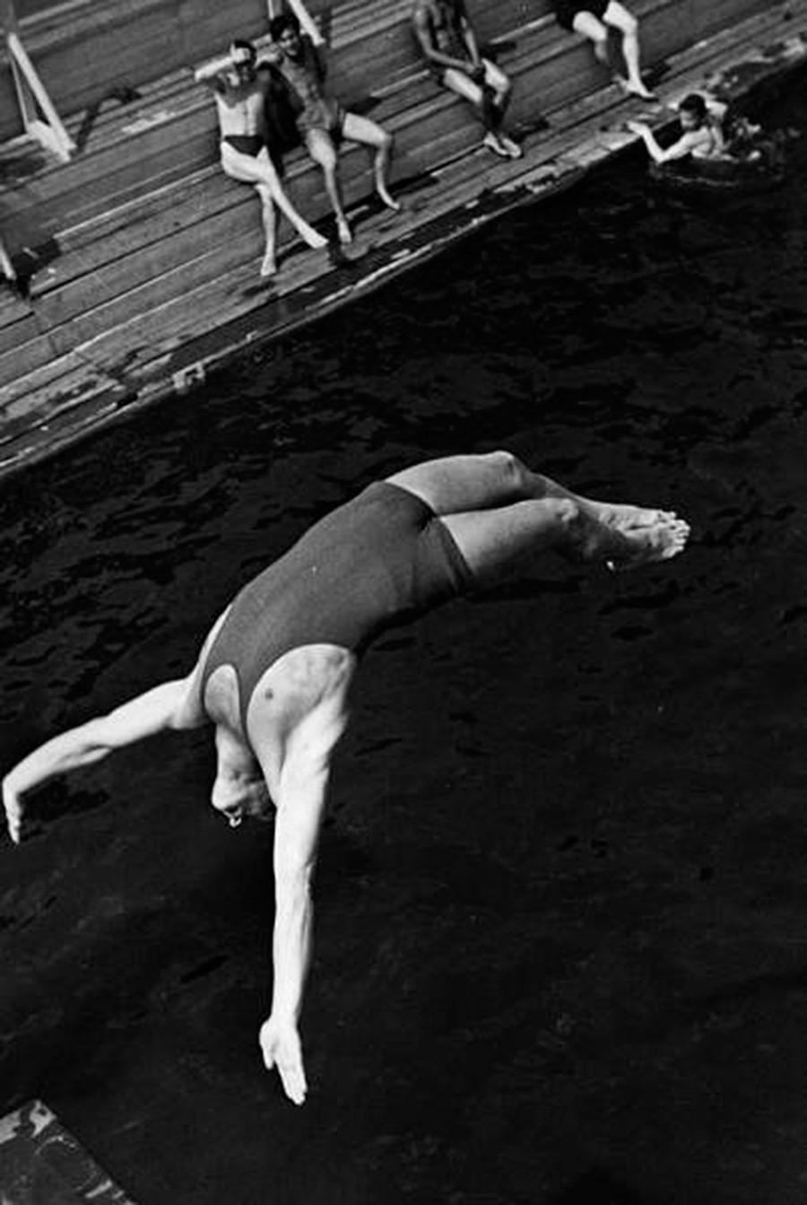 Il nuoto e le gare di tuffi erano incredibilmente popolari. Nella foto, un nuotatore si tuffa dal trampolino, 1934
