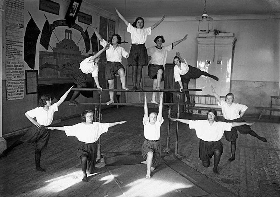 I ragazzi delle scuole si preparavano alle esibizioni amatoriali studiando coreografie per formare composizioni complicate in modo rapido e sincronico. L'esibizione di un gruppo di pionieri, 1932