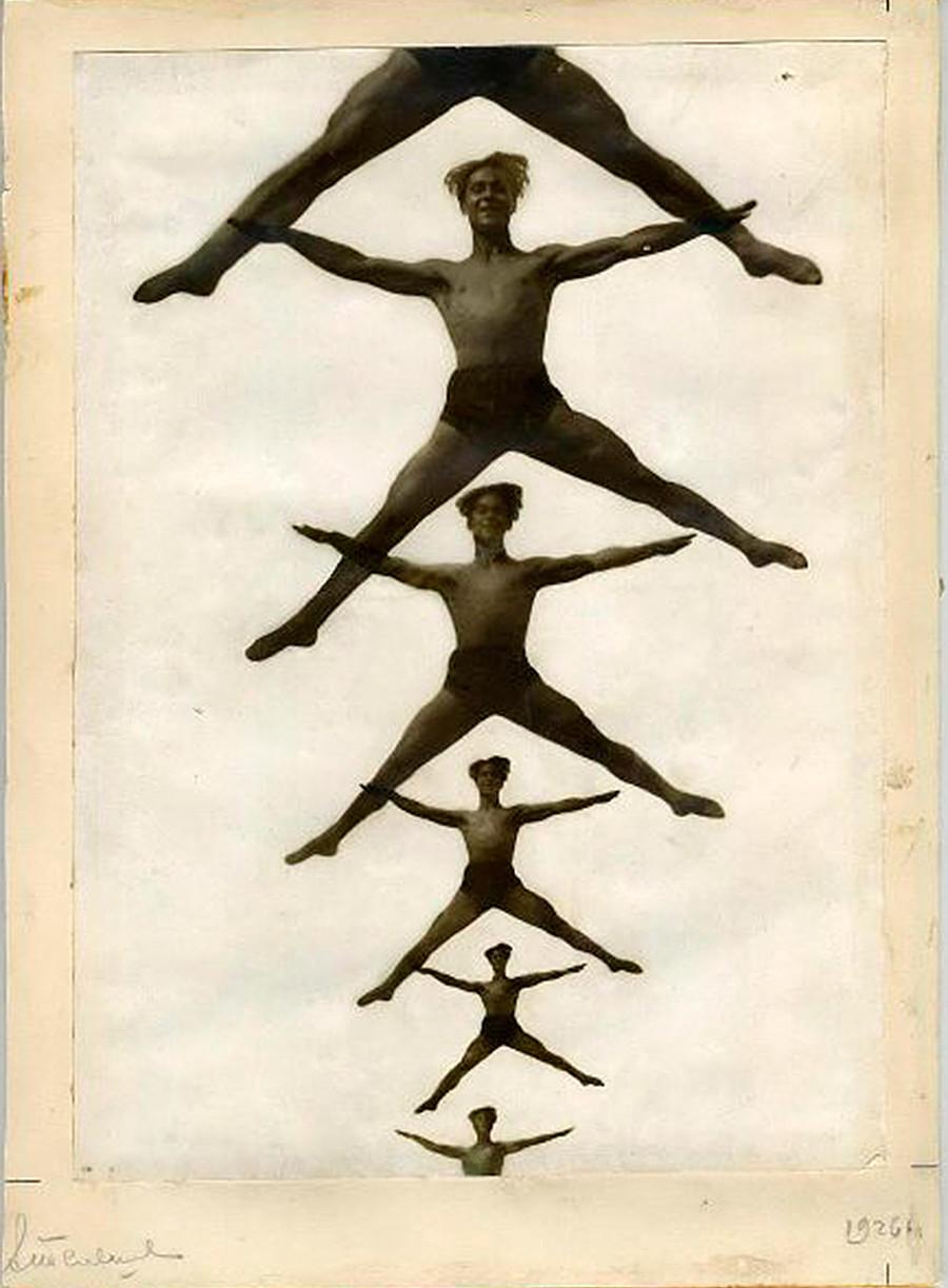 La ginnastica è stata un grande campo di studio per i fotografi sovietici delle avanguardie. Nell'immagine, ginnasti ritratti in un poster, 1926