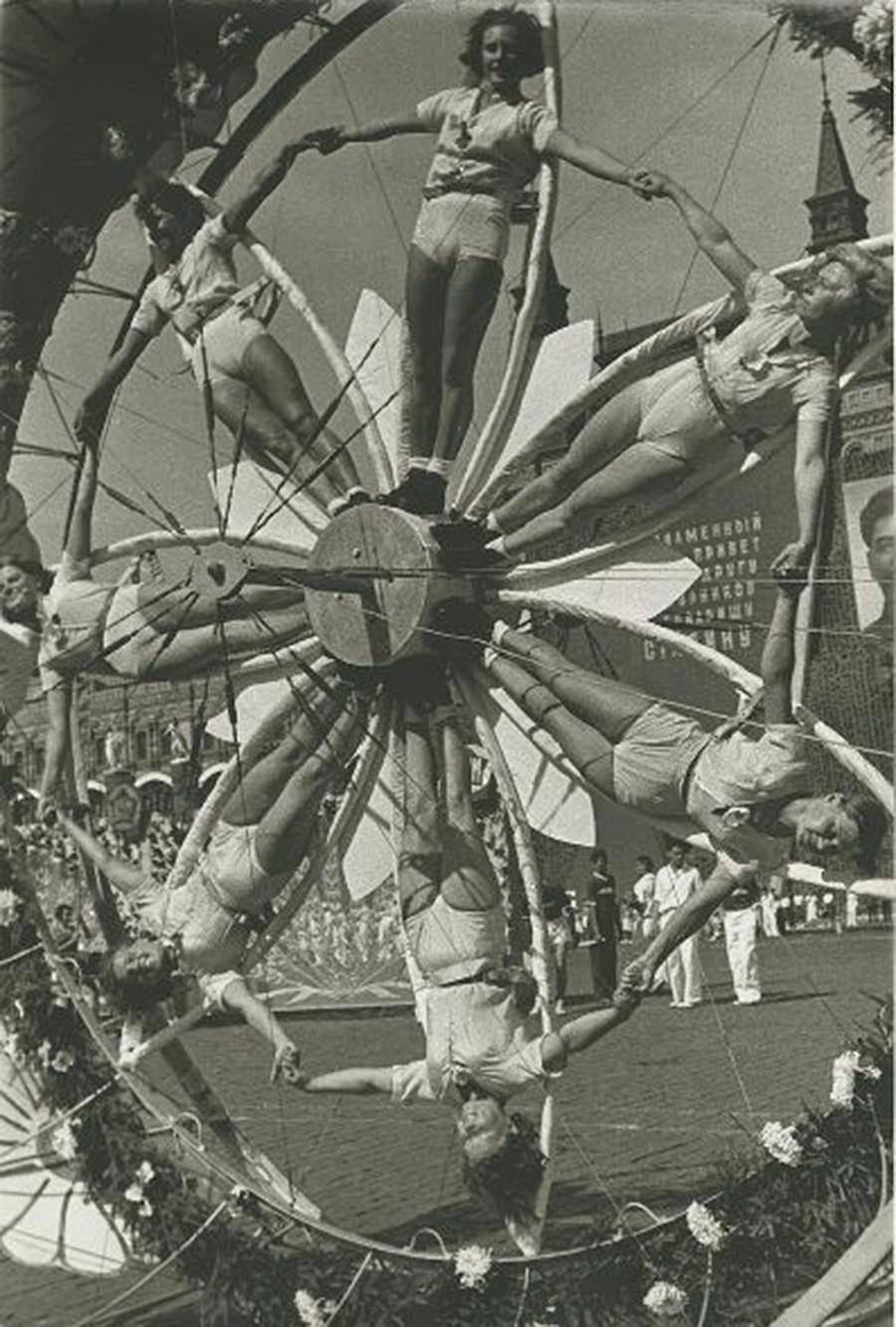 Le parate di educazione fisica sono note anche per le complicate figure che i partecipanti costruiscono con il proprio corpo. Ogni spettacolo richiedeva un duro lavoro, perché tutto doveva essere perfetto. Esibizione di un gruppo di ginnaste, 1936