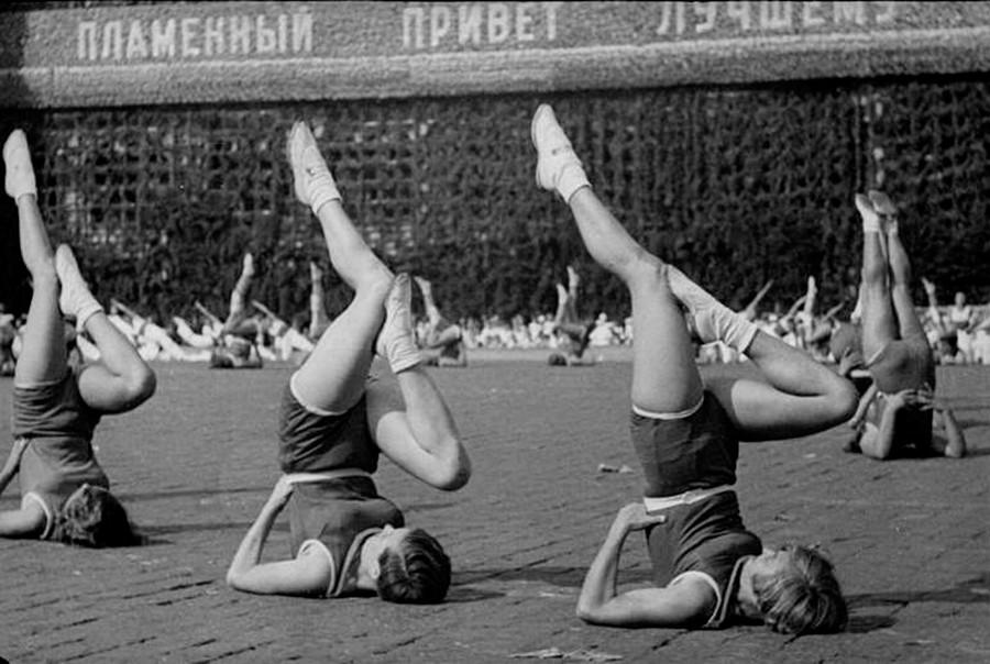 """Questo era uno degli esercizi più popolari; in Unione Sovietica veniva chiamato """"beryozka"""", betulla, in russo. Nella foto, esibizione di ginnaste, 1936"""