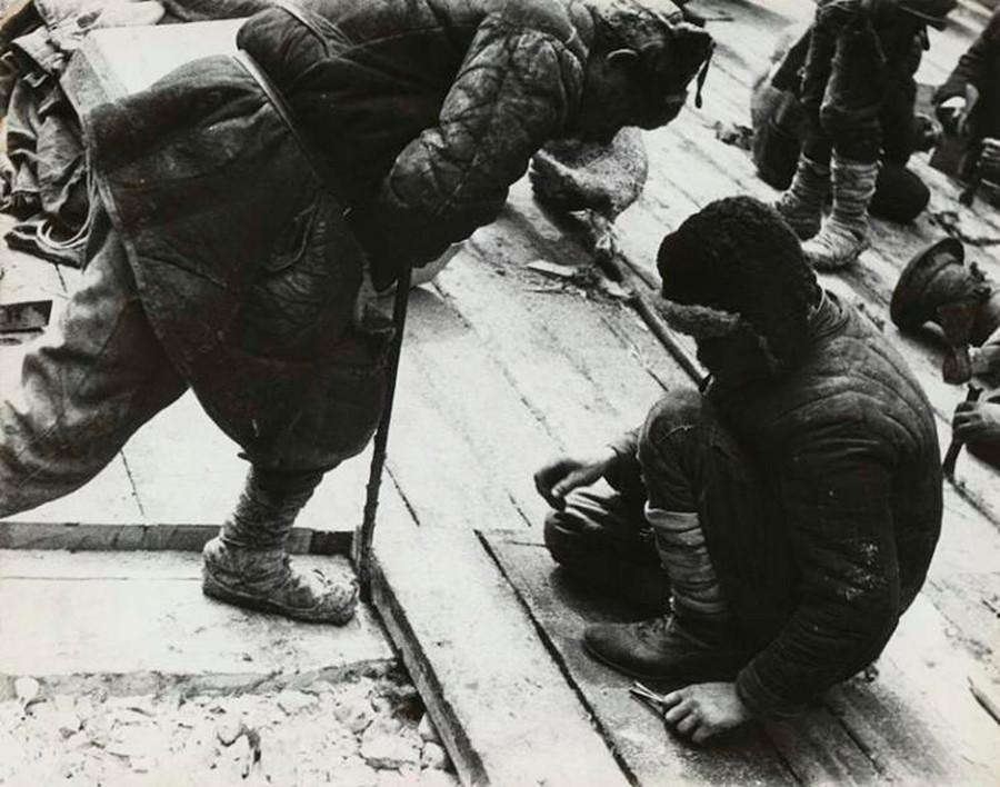 Des prisonniers travaillant sur le canal reliant les mers Blanche et Baltique