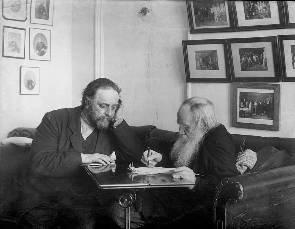 Лев Толстой и Владимир Чертков в кабинете яснополянского дома
