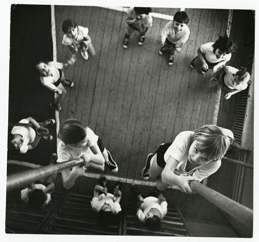 ロープを登っている2人の少女、1973年