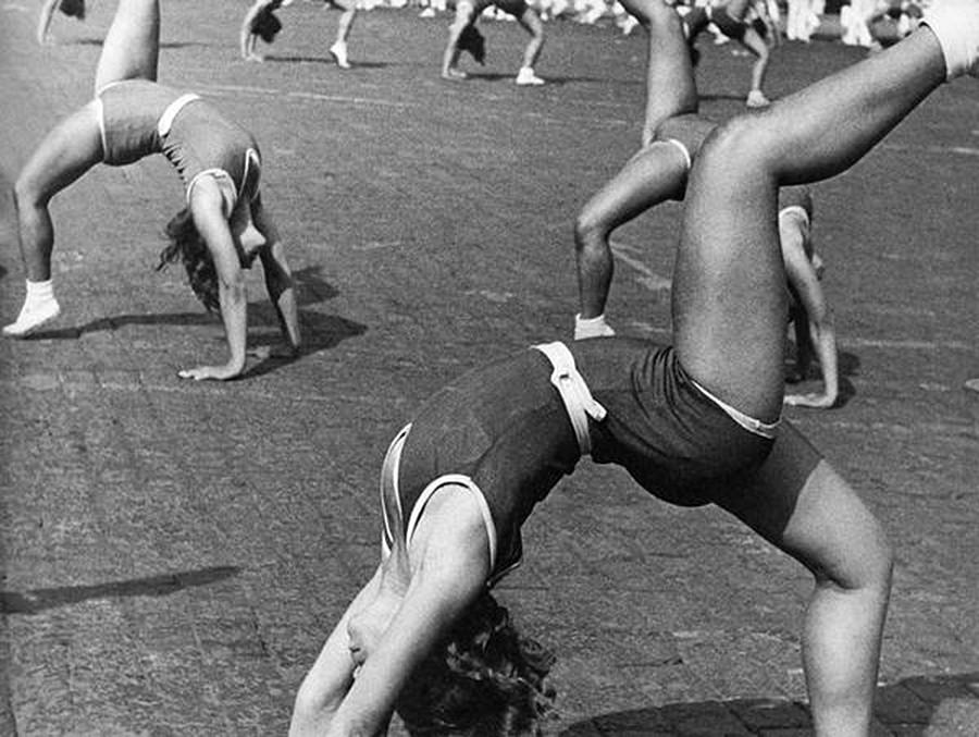 多くの女性選手らによる演技、1936年