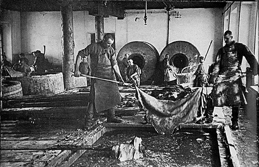 Prisioneiros de Solovki trabalhando com couro