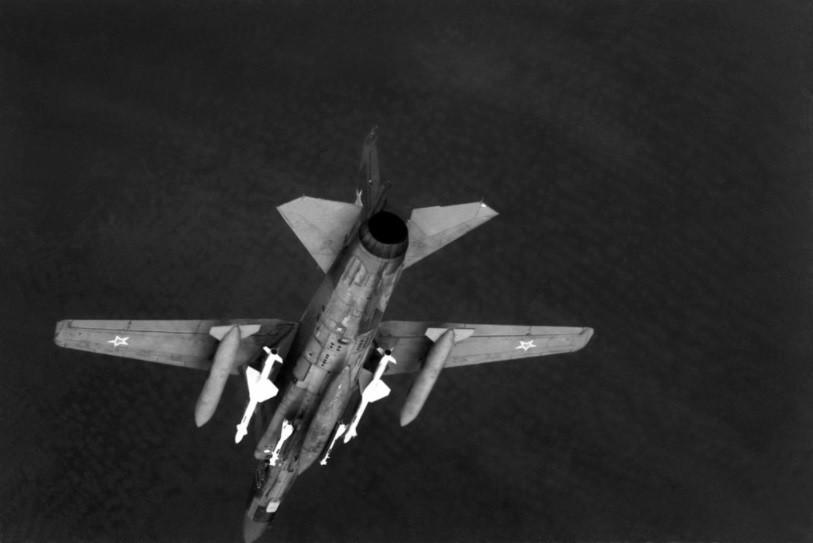 Vista aérea de la parte inferior de un avión MiG-23 armado con R-60MK en las estaciones del fuselaje