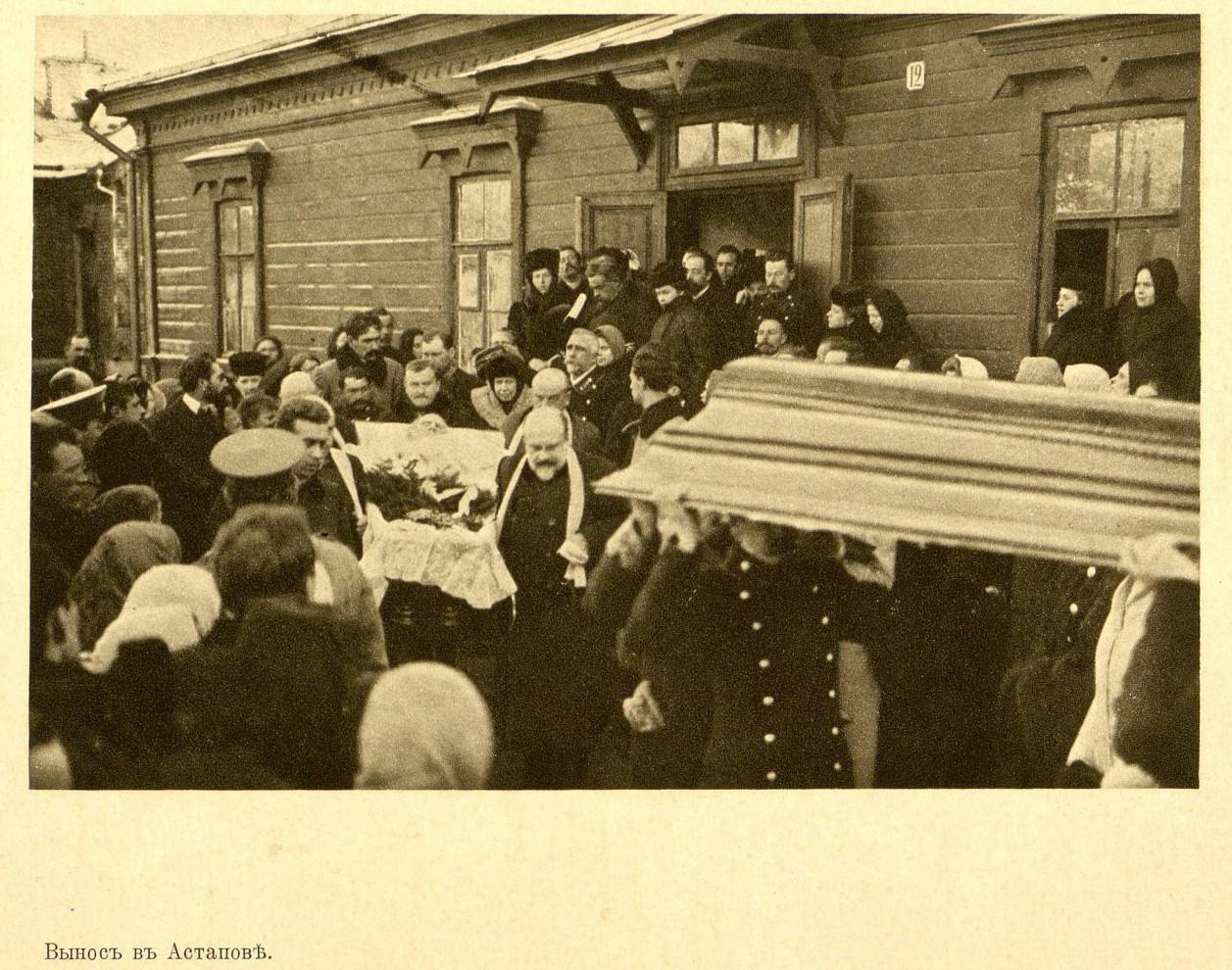 La salma di Tolstoj viene portata fuori dalla stazione di Astapovo. Ad attenderla, una folla di gente commossa; 1910