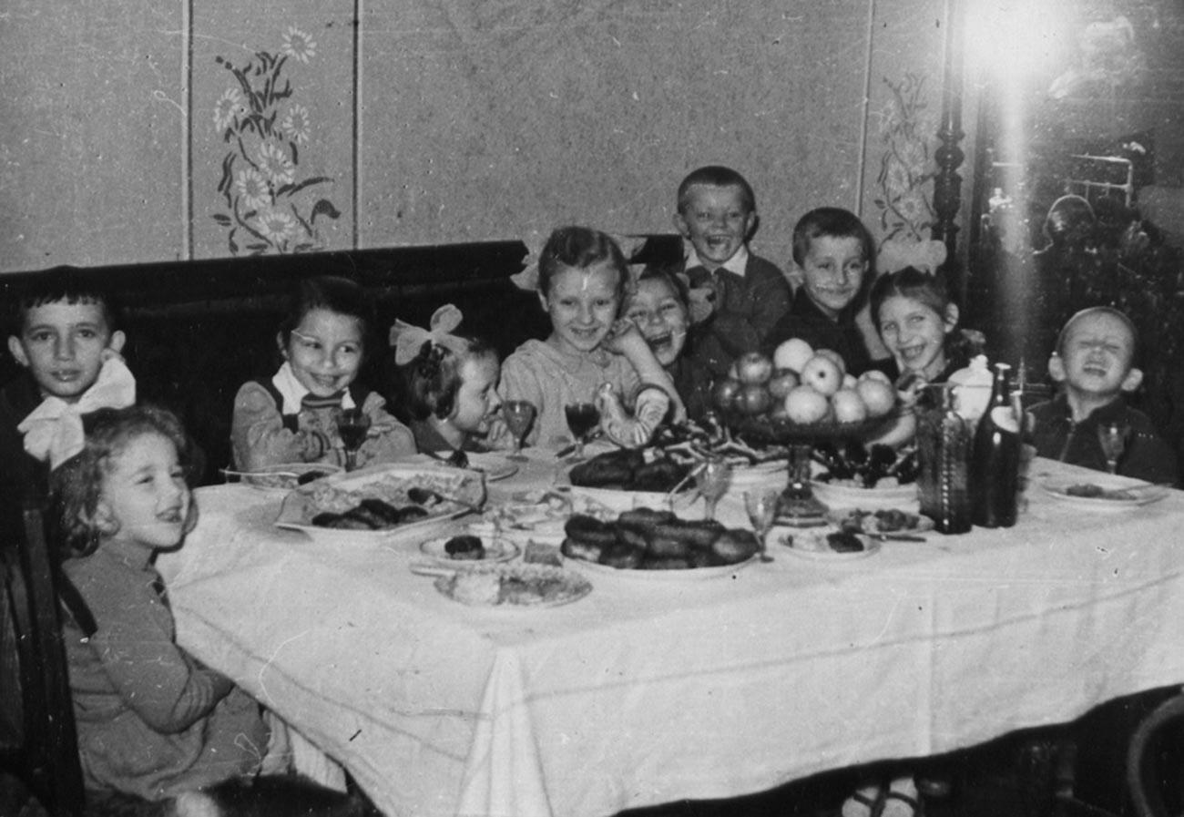 Pemandangan umum perayaan ulang tahun di Uni Soviet pada 1960-an.