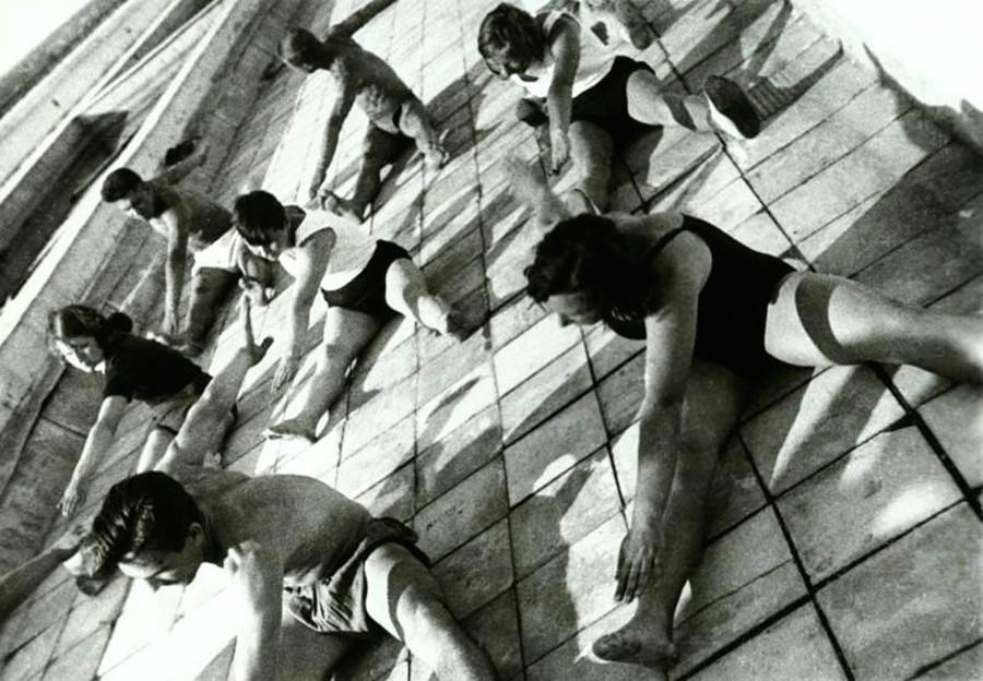 Studenten bei der Morgengymnastik auf dem Dach ihres Wohnheims, 1932