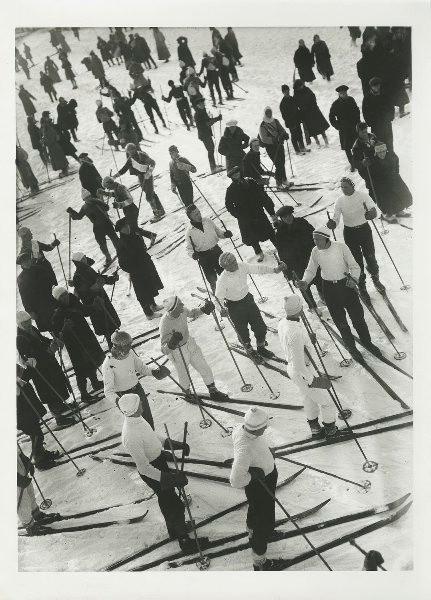 Skifahrer aller Altersklassen nehmen an einem Massenskirennen teil, 1927