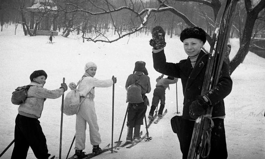 Kinder beim Skiunterricht, 1946