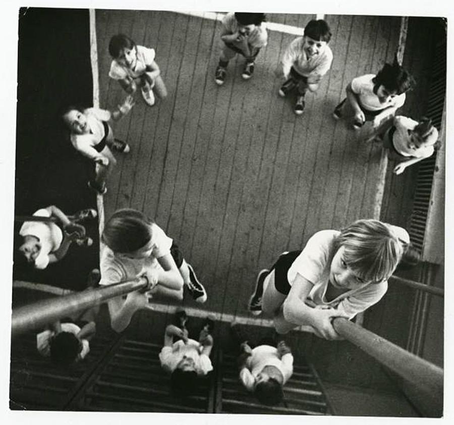 Zwei Mädchen klettern auf ein Seil hinauf, 1973
