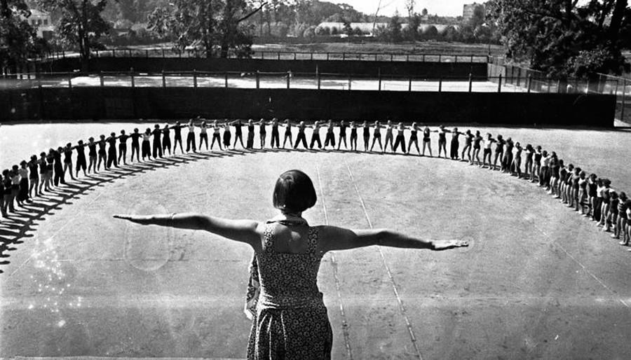 Сутрешни упражнения като част от програмата във всички детски лагери и курорти, както и в армията, 1936 г.