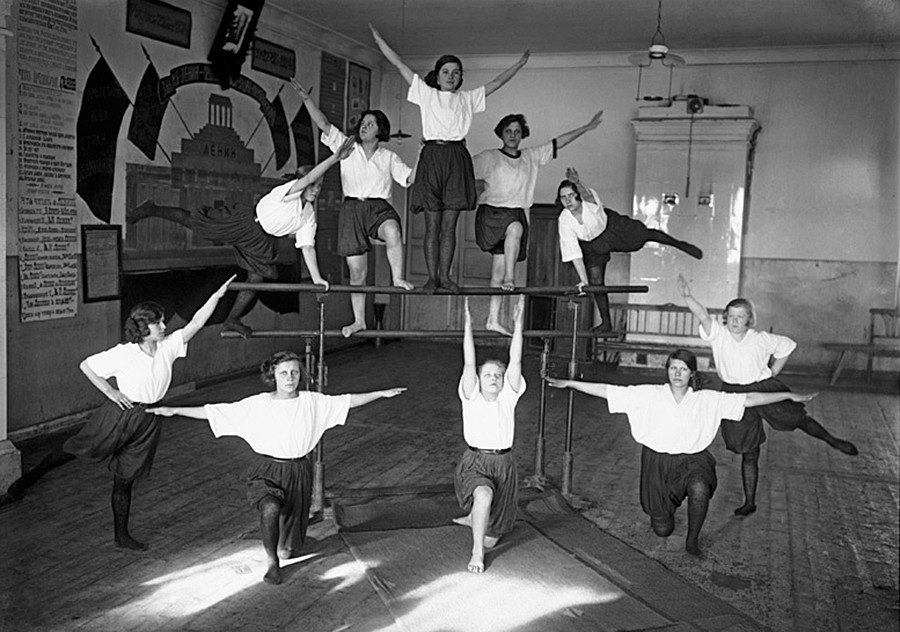 Група пионерчета се състезават, 1932 г.