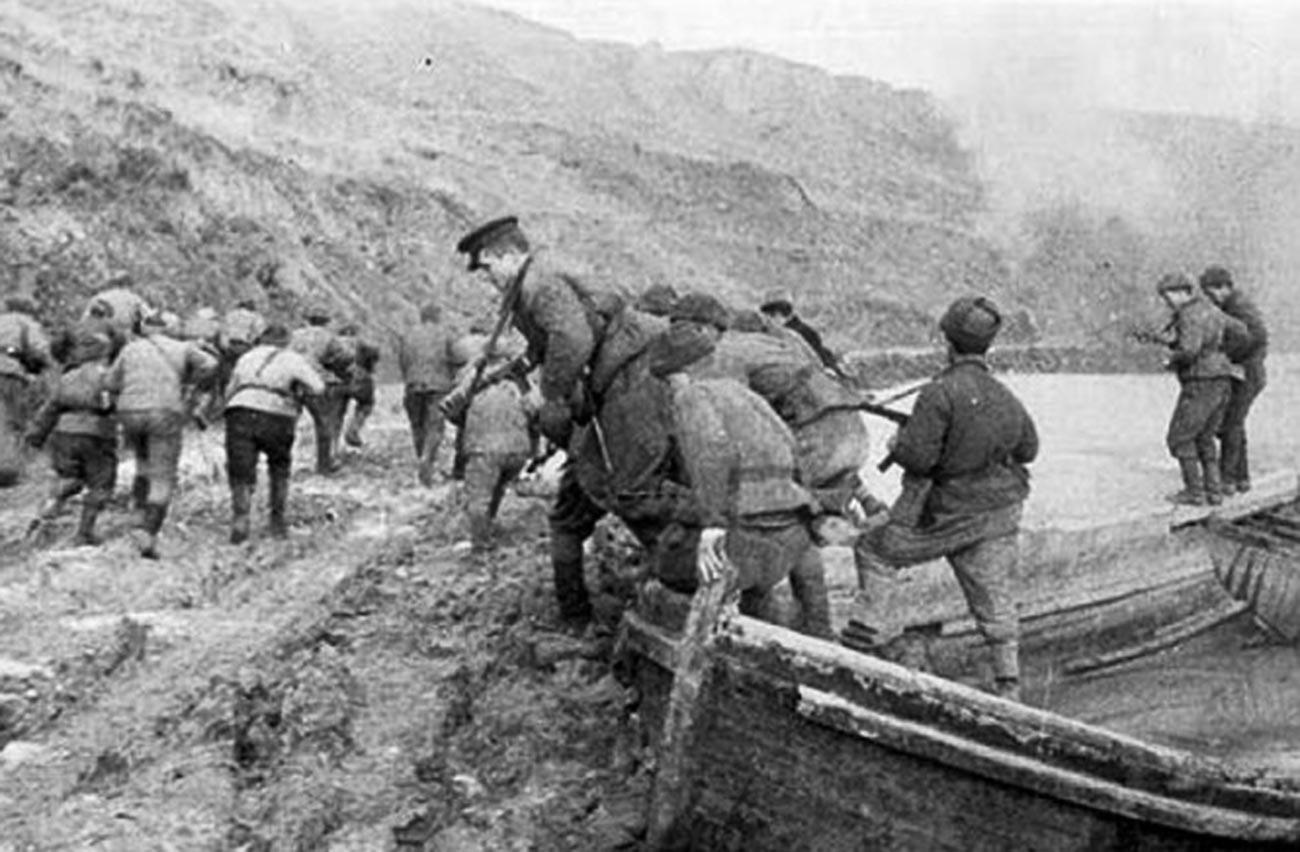 Маринци у керчанском заливу у току десантне операције на Керч и Елтиген. Новембар 1943.