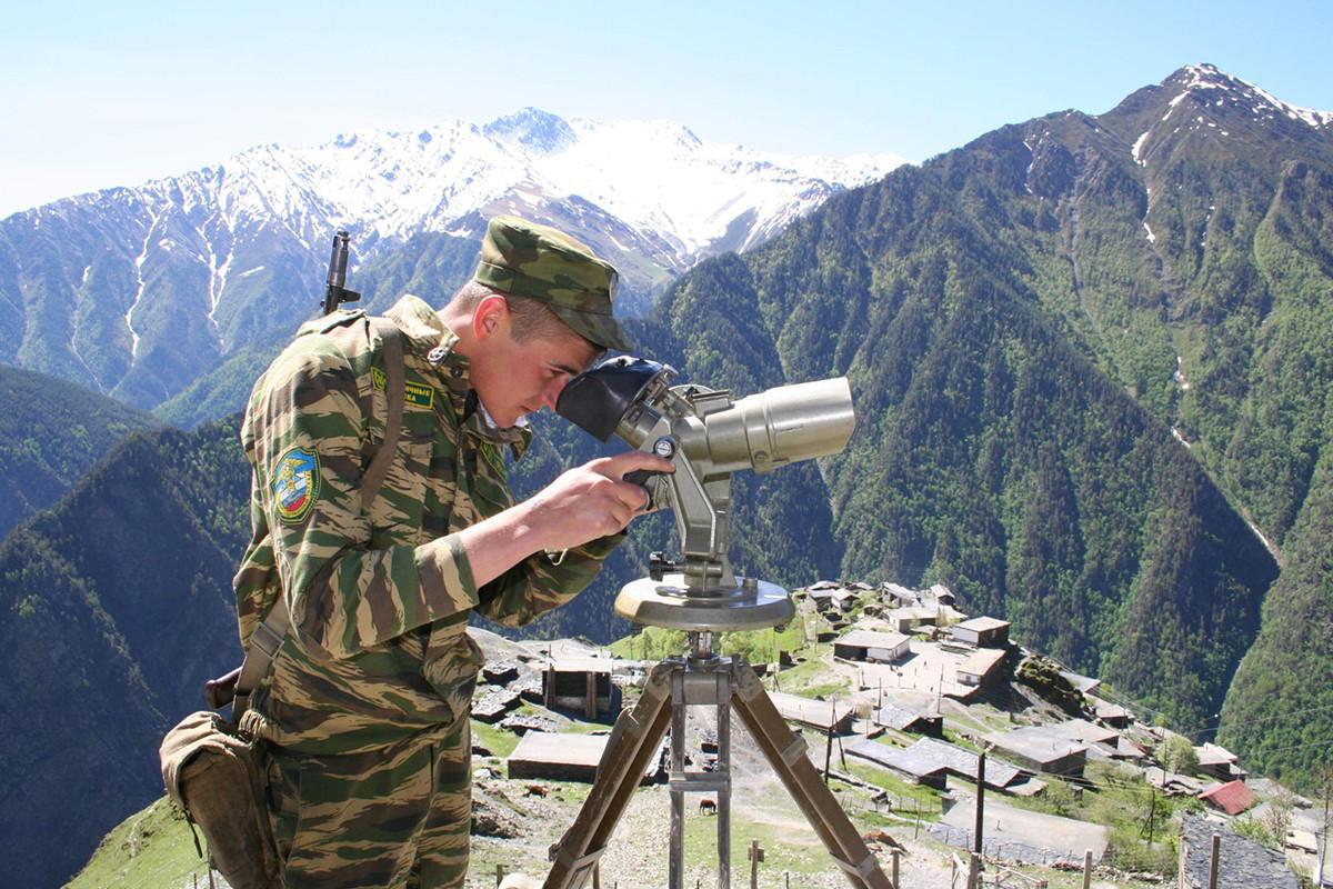 Una guardia di frontiera nel villaggio di Khushet, al confine tra Russia e Georgia