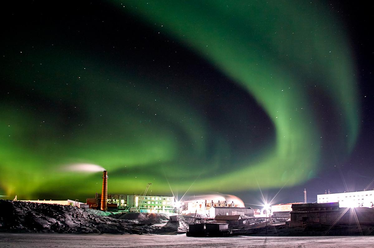 Северное сияние в поселке Диксон. Самый северный поселок России, расположенный в Таймырском Долгано-Ненецком районе Красноярского края