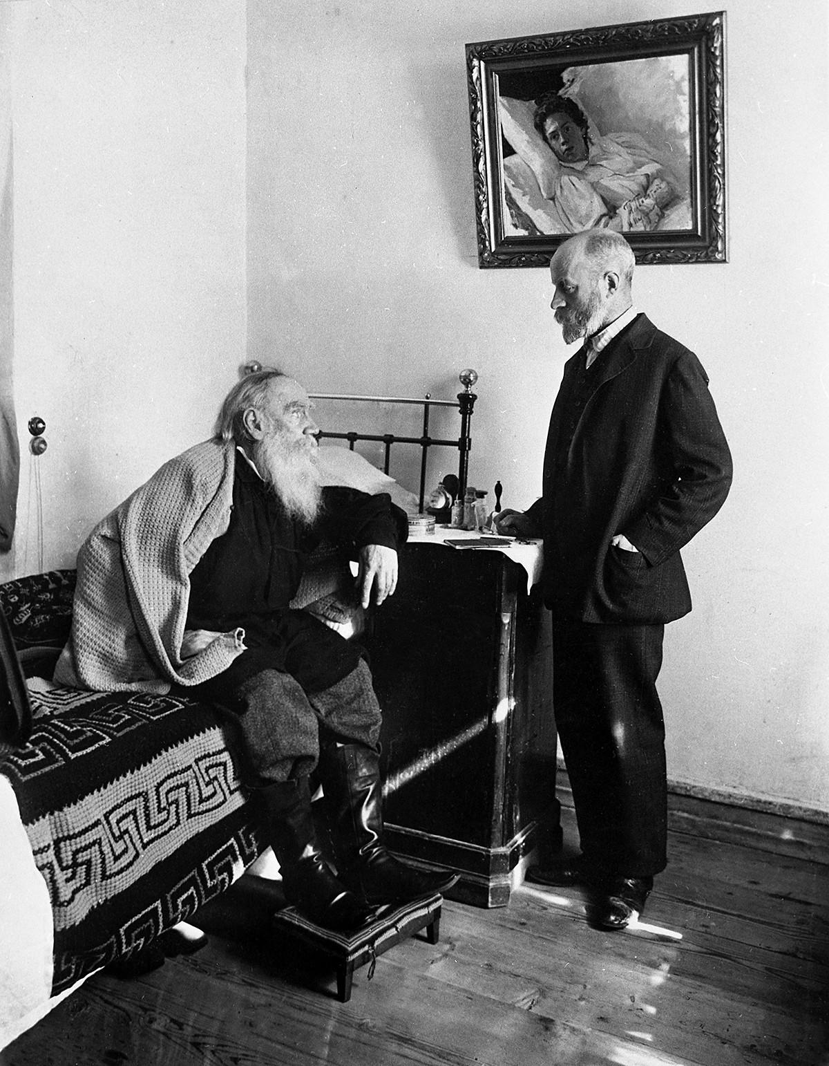 Leo Tolstoi und sein Leibarzt Makowizki in Jasnaja Poljana, 1909