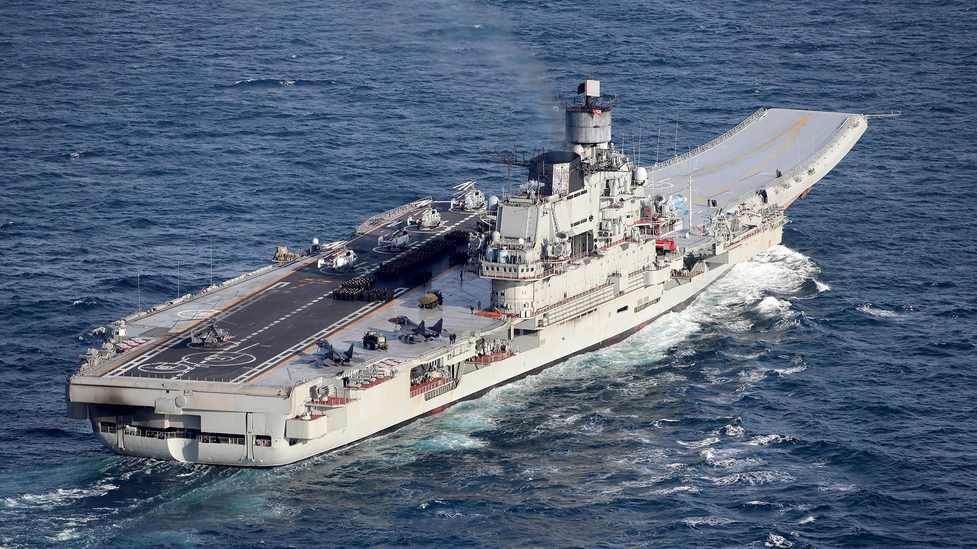 """Рускиот тежок носач на авиони """"Адмирал Кузнецов""""."""