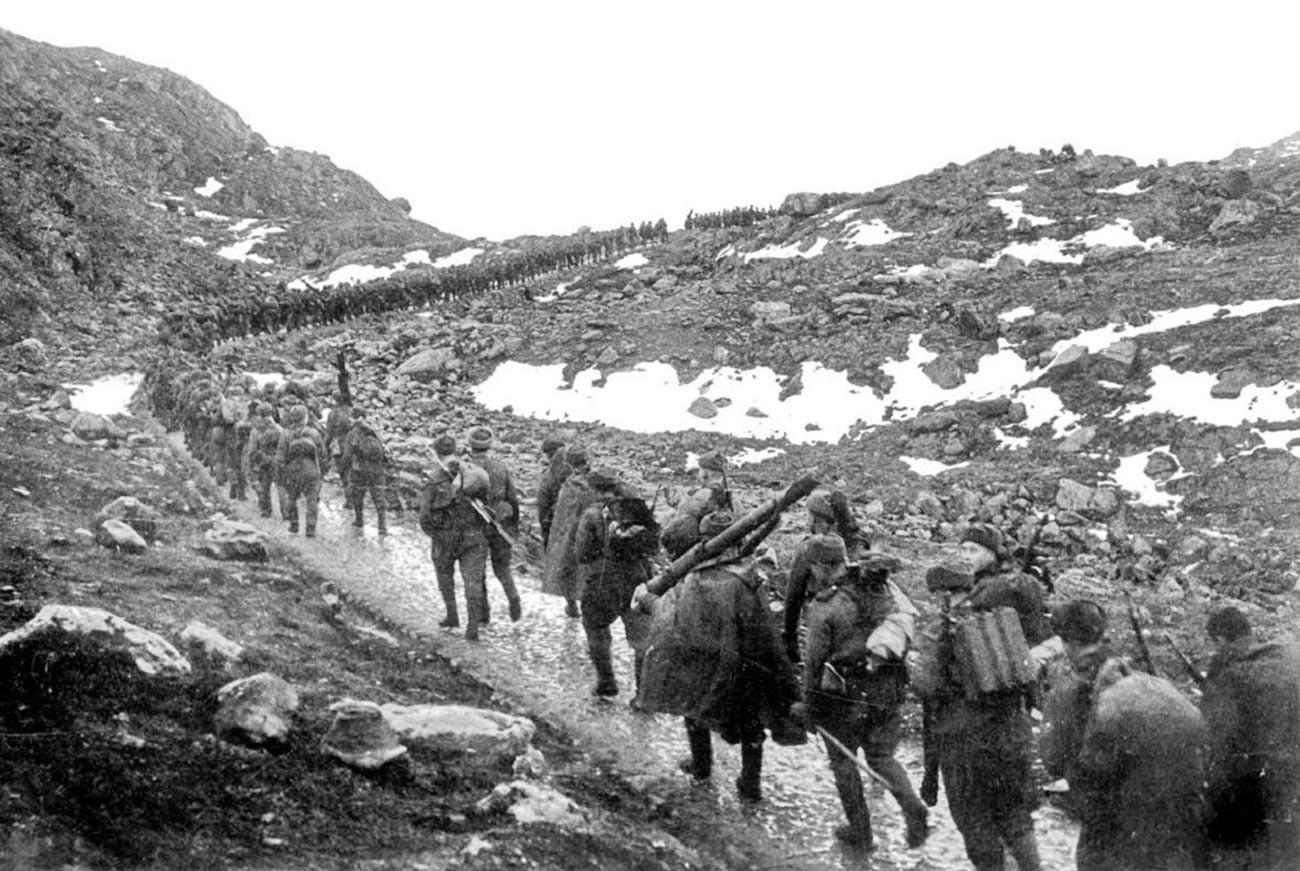Borci 12. brigade mornaričkog pješaštva marširaju preko prijevoja Mustatunturi.