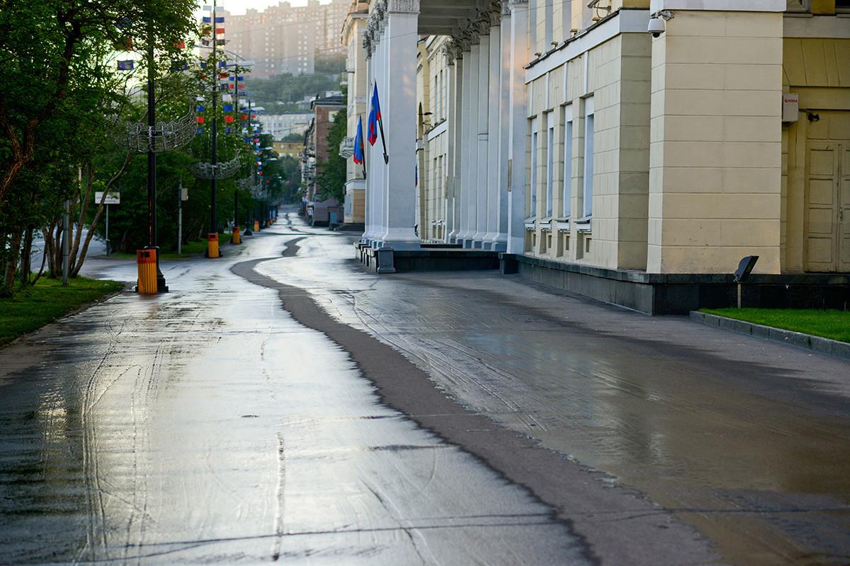 Mourmansk, une ville située à l'extrême nord de la Russie occidentale, est le théâtre d'un phénomène naturel déroutant : en hiver, la nuit polaire dure 40 jours, tandis qu'en été, le jour polaire s'étend sur 63 jours.