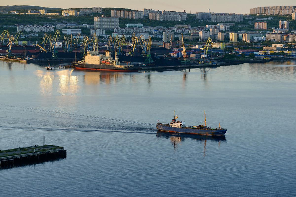 Mourmansk est principalement considérée comme un port d'importance stratégique et un maillon clé de nombreux systèmes de transport différents – en bref, une ville qui contribue à la Russie de tant de manières différentes.