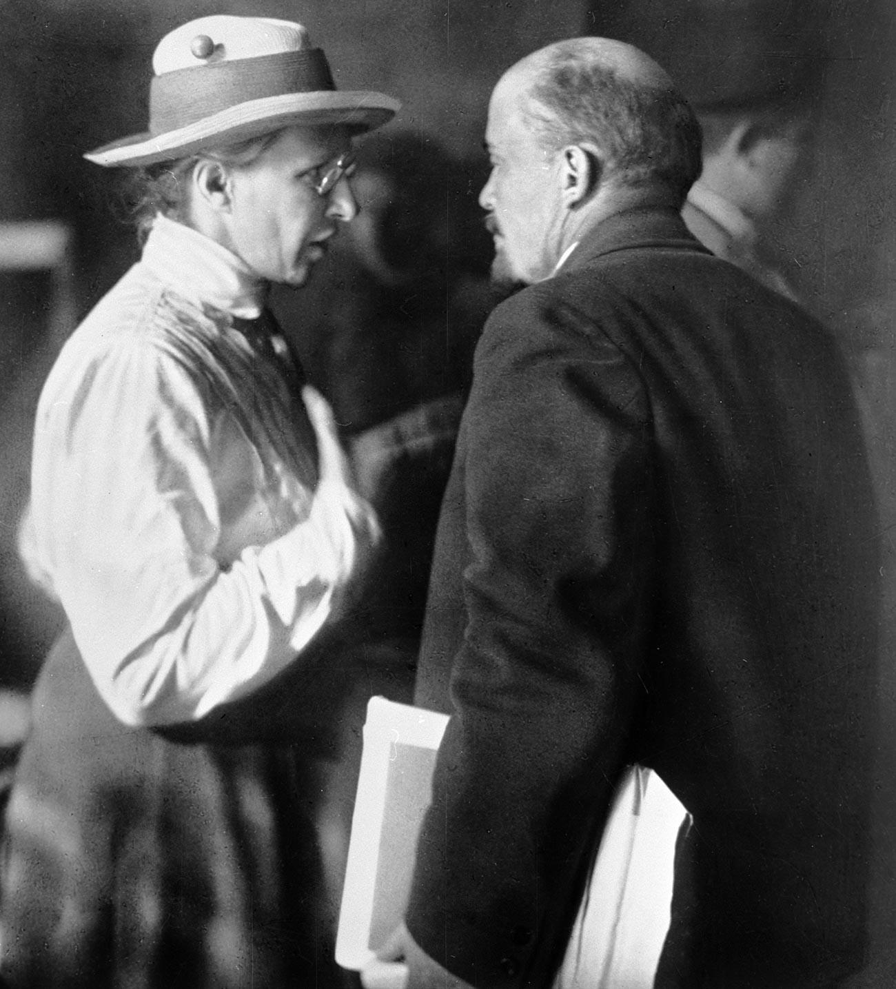 Elena Stasova parla con Vladimir Lenin durante la seconda Internazionale Comunista (Comintern); Mosca, 1920